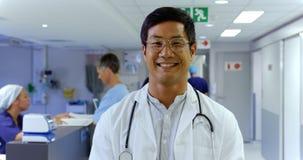 Situación masculina del doctor en el hospital 4k almacen de metraje de vídeo