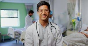 Situación masculina del doctor en la sala en el hospital 4k almacen de video