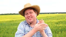 Situación masculina del granjero en campo y el aplaudir en un día soleado metrajes
