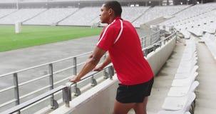 Situación masculina del jugador del rugbi en el estadio 4k almacen de video