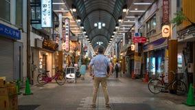 Situación no identificada del hombre dentro del mercado del templo de Asakusa Sensoji Kannon, Tokio, Japón fotografía de archivo