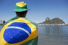 Situación patriótica de la fan del Brasil envuelta en la bandera brasileña Río Fotos de archivo