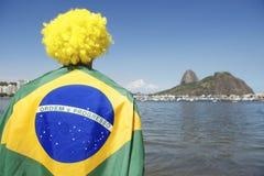 Situación patriótica de la fan del Brasil envuelta en la bandera brasileña Río Imagenes de archivo
