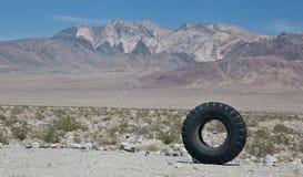 Situación pesada grande del neumático del equipo vertical en el desierto de California imagen de archivo libre de regalías
