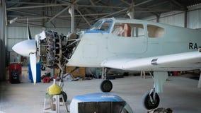 Situación plana en el hangar de los aviones, motor plano, reparando el avión metrajes