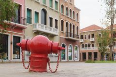 Situación retra de la boca de incendios del estilo del vintage tradicional oxidado rojo Imagen de archivo