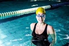 Situación sonriente apta de la mujer del nadador Imágenes de archivo libres de regalías
