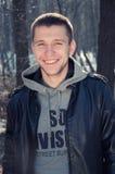 Situación sonriente satisfecha del hombre joven Foto de archivo
