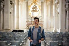 Situación turística joven en iglesia mientras que mira lejos Imagen de archivo