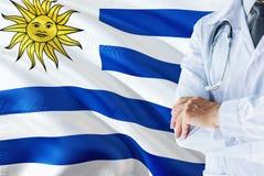 Situación uruguaya del doctor con el estetoscopio en fondo de la bandera de Uruguay Concepto de sistema sanitario nacional, tema  imagenes de archivo