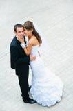 Situación y abarcamiento felices de los pares de la boda Imagenes de archivo