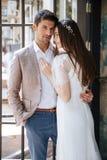 Situación y abarcamiento jovenes hermosos de los pares de la boda Fotografía de archivo