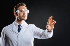 Situación y funcionamiento elegantes concentrados del médico Fotos de archivo libres de regalías