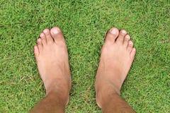 Situación y pasos masculinos detrás de una línea en el campo de hierba verde, top Imagen de archivo