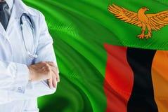 Situación zambiana del doctor con el estetoscopio en fondo de la bandera de Zambia Concepto de sistema sanitario nacional, tema m foto de archivo libre de regalías