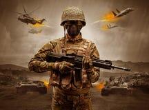 Situaci?n armada del soldado en el medio de una guerra libre illustration
