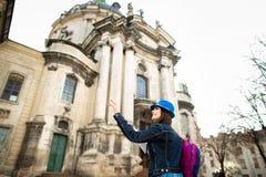Situaci?n de la mujer joven cerca de la iglesia en la ciudad vieja Lviv ucrania imagenes de archivo
