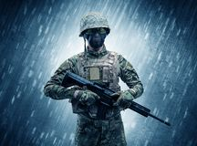 Situaci?n del soldado en tiempo lluvioso stock de ilustración