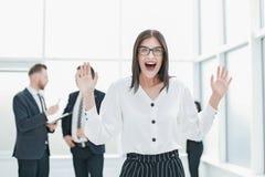Situaci?n feliz de la mujer de negocios en la oficina del banco imagen de archivo libre de regalías