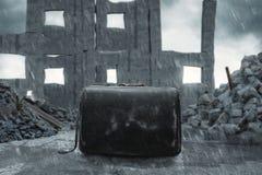 Situaci?n sucia envejecida del bolso del traje delante de la ruina y de las paredes destruidas de la casa stock de ilustración