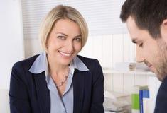 Situación en una entrevista o hombres de negocios de trabajo en una reunión Imagen de archivo libre de regalías