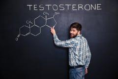 Situación feliz del hombre y estructura química de la molécula de la testosterona del dibujo Imagenes de archivo