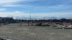 Situation après le feu dans Kampung Tanjung Batu Keramat Laut, Tawau, Sabah, Malaisie Photographie stock libre de droits