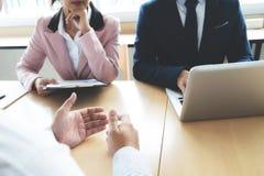 Situazione aziendale, concetto di intervista di lavoro Gruppo del socio commerciale Fotografia Stock