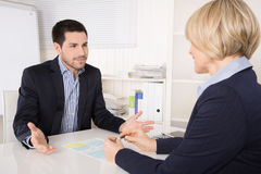 Situazione di riunione o di intervista di lavoro: uomo e donna di affari al de
