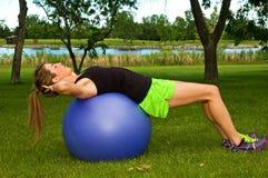 Situps на шарике тренировки Стоковая Фотография RF