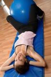 Situps com uma esfera de Pilates Foto de Stock Royalty Free