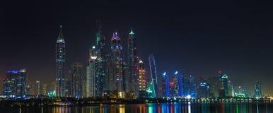 Sity ορίζοντας του Ντουμπάι τη νύχτα και άποψη ουρανοξυστών Στοκ Εικόνες