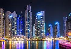 Sity moderne la nuit avec des gratte-ciel Photographie stock