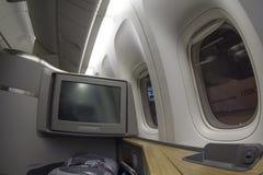 Sitz der ersten Klasse auf Boeing 777-300 in einem Handelsflugzeug Lizenzfreies Stockbild