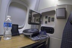 Sitz der ersten Klasse auf Boeing 777-300 in einem Handelsflugzeug Lizenzfreies Stockfoto