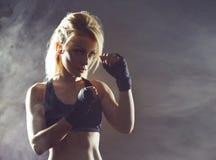 Sitz und sportliches junges Mädchen, die zu einem kickboxing Training fertig wird Untertageturnhalle Gesundheit, Sport, Eignungsk lizenzfreies stockfoto