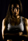 Sitz und starker persönlicher Trainer der jungen Frau Stockbilder
