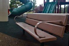 Sitzbank am Spielplatz stockbild