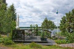 Sitzbereich mit Sonnenschirm und schwedischer Flagge Lizenzfreie Stockfotografie