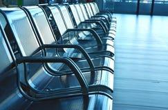 Sitze auf Flughafenhalle Lizenzfreies Stockfoto