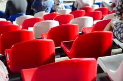 Sitze in den Ständen eines Fußballplatzes Lizenzfreie Stockfotografie
