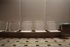 Sitze in der Untergrundbahnstation stockbild