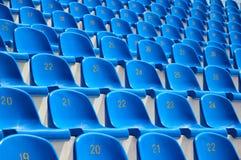 Sitze in einem Stadion Stockbilder