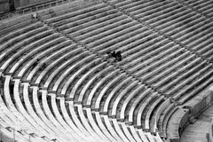 Sitze eines große Stadions mit wenigen Leuten lizenzfreie stockbilder
