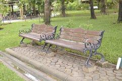Sitze im Garten Lizenzfreie Stockfotos