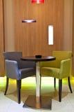 Sitze im Kaffeestab Lizenzfreies Stockfoto