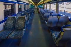 Sitze innerhalb eines leeren portugiesischen Zugs an Cascais-Station stockfoto