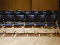 Sitze rudern im Seminarraum Geschäfts-Bildungskonzept stockbilder