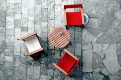 Sitze und Tabelle Lizenzfreie Stockbilder