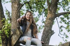 Sitzen auf Baumterrasse Stockfotos